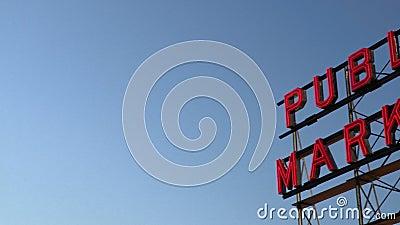 Blue Sky derrière l'enseigne du marché public au marché Pike Place, à Seattle banque de vidéos