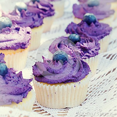 Free Blueberry Cupcakes With Cream Stock Photography - 112050482