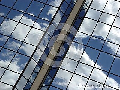 Bluen clouds reflexionsskyen