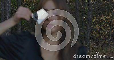 Blurred close-up portret van een jong Kaukasisch meisje met een fragment gebroken spiegel voor haar gezicht Najaar stock footage