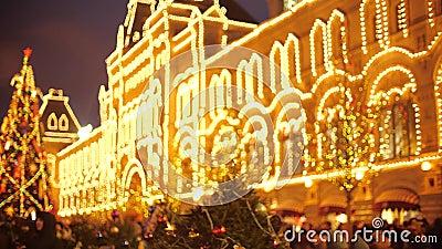 Blurred crowded Nieuwjaar and Christmas Bazaar op het Rode Plein in Moskou, Rusland stock footage