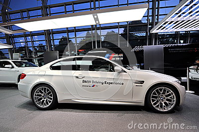BMW M3 säkerhetsbil på skärm på BMW världen Redaktionell Arkivfoto