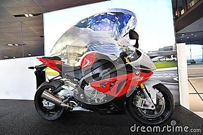 BMW RR S1000 moped på skärm på BMW världen Redaktionell Arkivbild