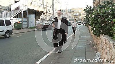 Bnei Brak Israel, circa 2011 - calle muy transitada con caminar ortodoxo de los judíos almacen de metraje de vídeo