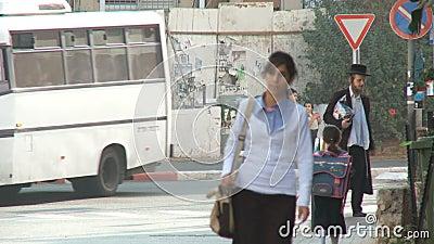 Bnei Brak Israel, circa 2011 - calle muy transitada con caminar ortodoxo de los judíos almacen de video