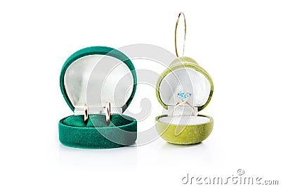 cadeau pour des bijoux avec les anneaux de mariage d'or et la bague de ...