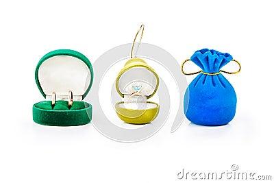 cadeau pour des bijoux avec les anneaux de mariage d or et la bague de ...