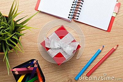 bo te cadeau et fournitures de bureau rouges au dessus de table de bureau photo stock image. Black Bedroom Furniture Sets. Home Design Ideas