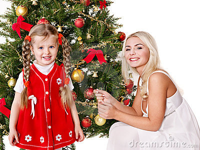 Boże narodzenie córka dekoruje mum drzewa