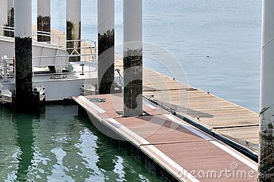 Board access on dock platform
