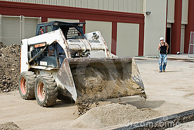 Bobcat som tömmer sanden