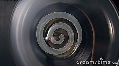 A bobina com fita está girando muito rapidamente filme