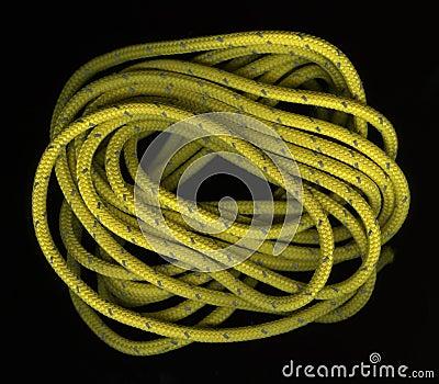 Bobinas de la cuerda amarilla de nylon en negro foto de - Cuerda de nylon ...