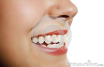 Boca da mulher que sorri mostrando o dente