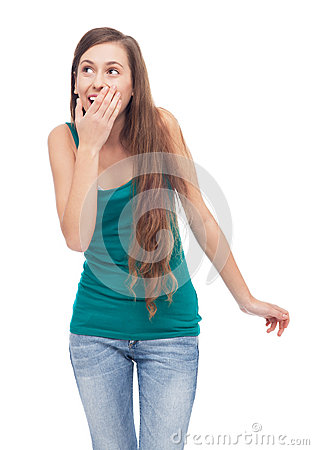 Boca de la cubierta de la mujer y mirada para arriba