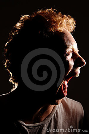 Boca de rasgado del hombre brutalmente abierta