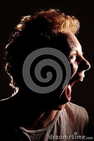 Boca de rasgo do homem brutalmente aberta