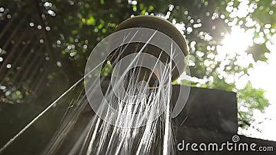 Bocal fixo do showerhead com pulverizadores da água morna fora em algum país exótico video estoque
