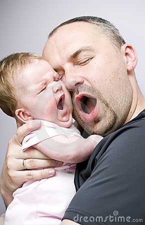 Bocejo da filha do pai e do bebê