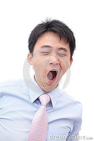 Bocejo Overworked do homem de negócio com olho roxo