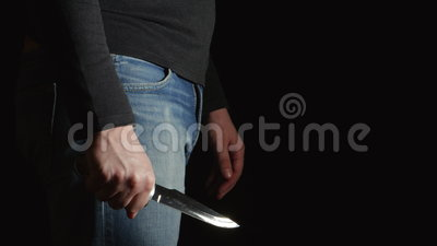 Boczny widok niebezpieczeństwo mężczyzna z noża komesem w ruchach i ramie dalej zdjęcie wideo