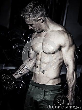 Bodybuilder training biceps