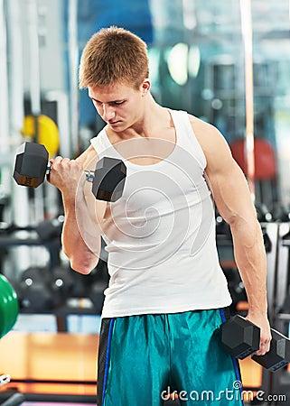 Άτομο Bodybuilder που κάνει τις ασκήσεις μυών δικέφαλων μυών