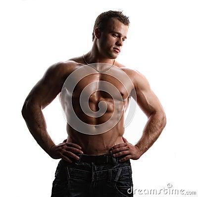 Bodybuilder joven desnudo mojado atractivo del músculo