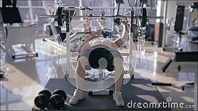 Bodybuilder opleiding, de sterke spierpers van de mensen naakt-chested doende bank met barbell terwijl macht die in geschiktheid  stock video