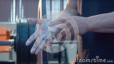 Bodybuilder pisze kredą ręki zdjęcie wideo
