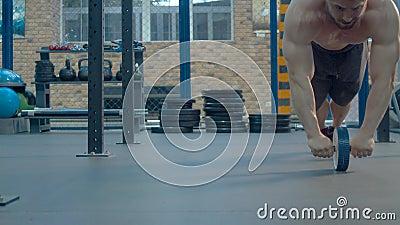 Bodybuilder que ejercita en gimnasia metrajes