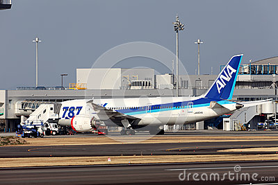 Boeing 787 aterrizado en emergencia Fotografía editorial