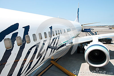 Boeing Alaska Airlines ready to boarding in Kona at Keahole inte Editorial Stock Image