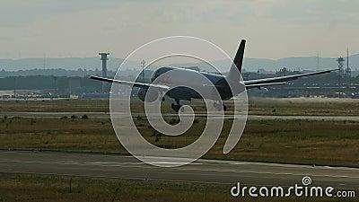 Boeing 777 du débarquement de lignes aériennes de Federal Express Fedex banque de vidéos