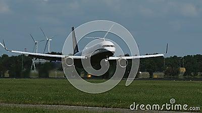 Boeing 757 von Icelandair-Fluglinien kommt an stock footage