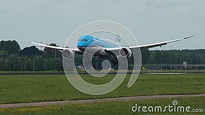 Boeing 787 von KLM-Fluglinien kommt zu Schiphol-Flughafen an stock video footage