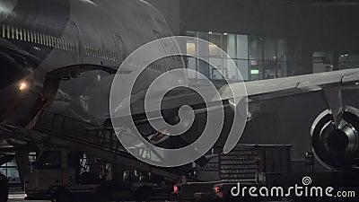 Boeing 747-400 von thailändischen Fluglinien wird für die Entleerung des Gepäckes nachts vorbereitet stock video footage
