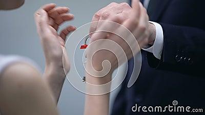 Bogaty biznesmen daje kluczowi z Domową inskrypcją szczęśliwa kobieta, prezent kochanek zdjęcie wideo