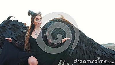 Bogini wojenny i krwiono?ny lenno przychodzi? p?aci? ludzi dla grzech?w, spada? anio?a z du?ymi czerni skrzyd?ami i ostrze rog?w  zbiory wideo