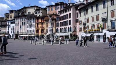 bok av poesi i staden av Lovere på sjön Iseo, Italien stock video