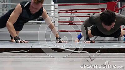 Boksera mężczyzna ups ćwiczenia i klaskać ręki w gym szkolenie pcha Wojowników robić pcha w górę ćwiczenia podczas gdy rozszczepi zbiory