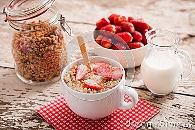 Bol sain de petit d jeuner de lait avec la granola photo stock image 53961075 - Bol petit dejeuner original ...