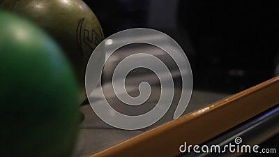 A bola de boliche rola à mão peso diferente da esfera slide automático video estoque