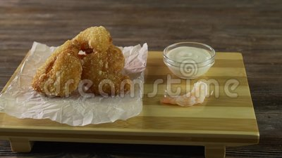 Bola de carne de camarão frito com molho doce em mesa de madeira vídeos de arquivo