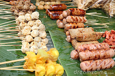 Bola de carne tailandesa del estilo en parrilla