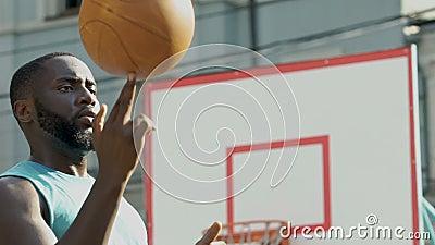 A bola de giro do jogador de basquetebol do novato no dedo, fazendo engana antes do jogo filme