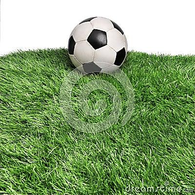 Bola envejecida en campo de hierba