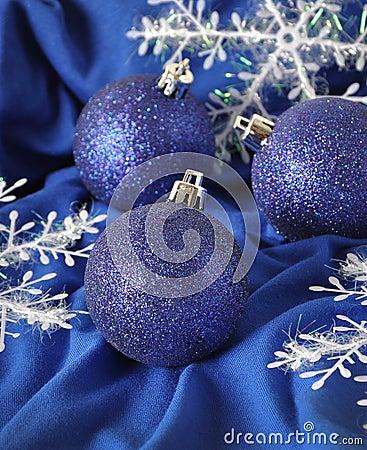 Bolas azules de la Navidad
