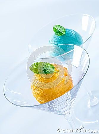 Bolas del helado italiano colorido