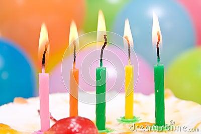 Feliz cumple  Leo72 Bolo-de-aniversrio-com-velas-coloridas-19428833
